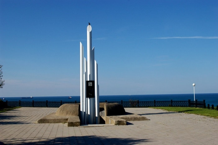 Памятник погибшим на теплоходе *Адмирал Нахимов*, мыс Дооб | Фото: admiralnakhimov.ru