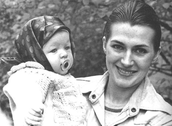 Галина Логинова с дочерью Миллой. Киев, 1976   Фото: nnm.me