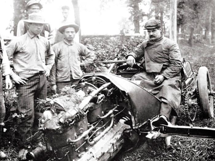 Гонка Vanderbilt Cup, 1905 год. Луи Шевроле не справился с управлением и вылетел с трассы | Фото: aif.ru