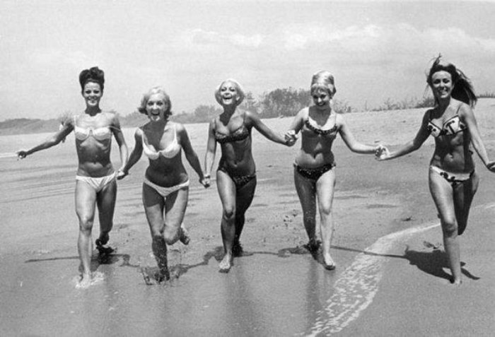 Женщины на пляже в бикини | Фото: casual-info.ru