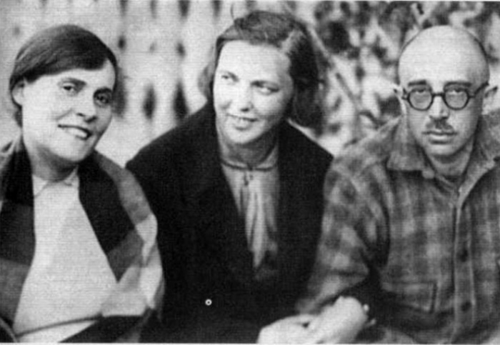 Супруги Брик и *вторая жена* Осипа Е. Соколова-Жемчужная | Фото: wday.ru