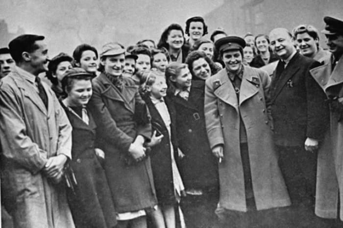 Людмила Павличенко на встрече с английскими рабочими, 1942 | Фото: aif.ru