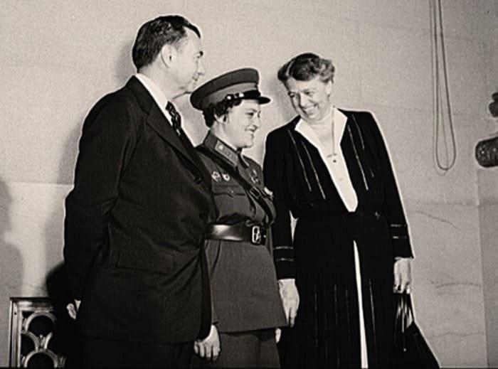 Людмила Павличенко во время встречи с Элеонорой Рузвельт | Фото: top-antropos.com
