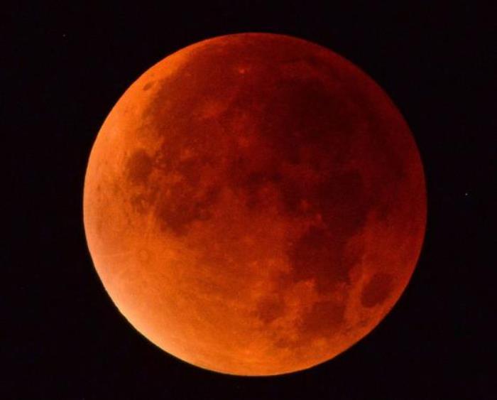Кроваво-красная луна в небе над Дорсетом, Англия