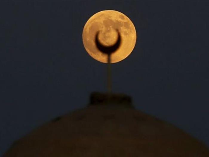 Луна над мечетью в пустыне к юго-западу от Каира