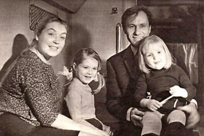 Актриса с мужем, Василием Шукшиным, и дочерьми Марией и Ольгой | Фото: 24smi.org