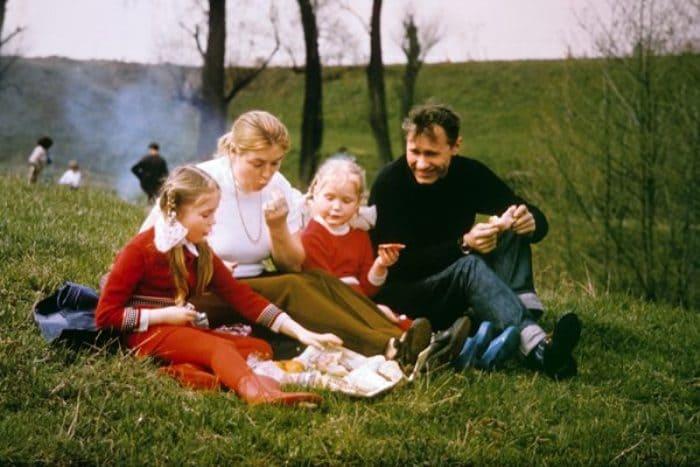 Актриса с мужем, Василием Шукшиным, и дочерьми Марией и Ольгой | Фото: diwis.ru