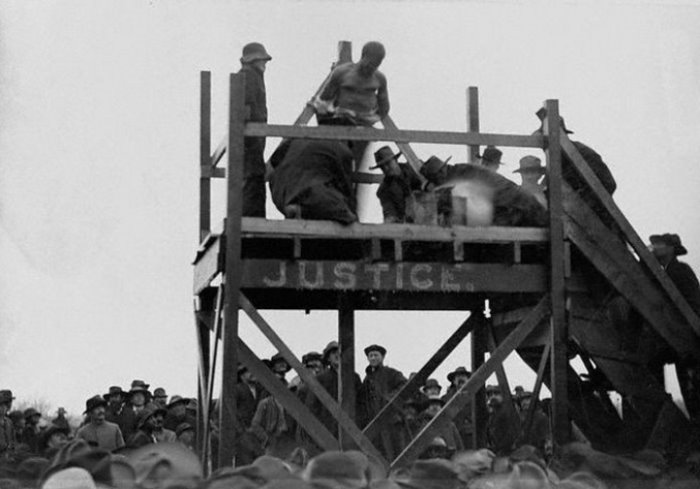 Родственники убитого ребенка пытают преступника раскаленным железом, а после сжигают на костре. Техас, США, 1893   Фото: glavpost.com