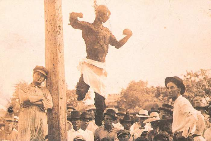 Техасский парень, позирующий на фоне убитого Джесса Вашингтона. Техас, США, 1916   Фото: glavpost.com