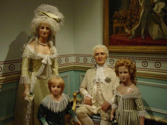 Восковые фигуры Марии-Антуанетты и Людовика XVI | Фото: fiestino.ru