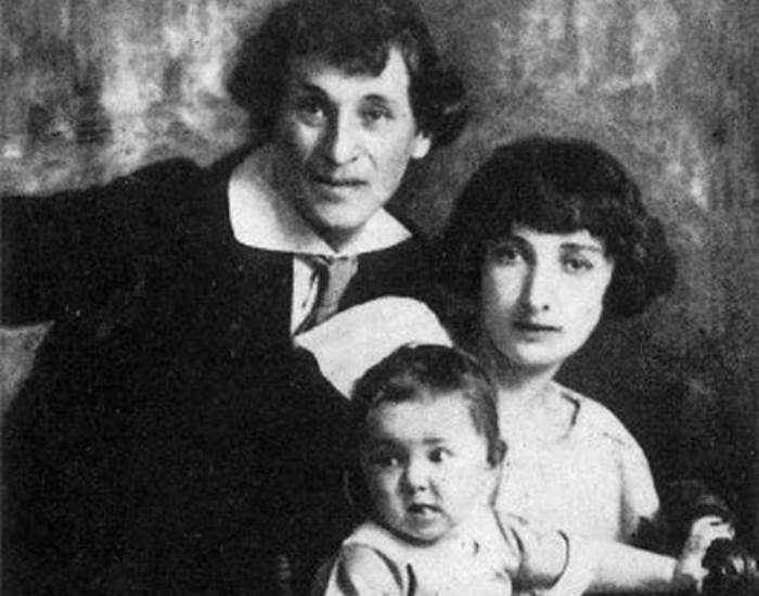Марк и Белла Шагал с дочерью Идой, 1924