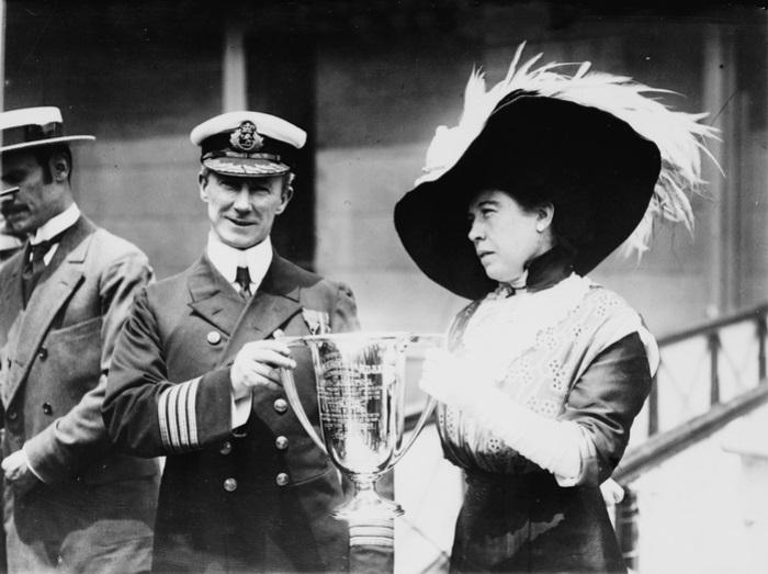 Молли вручает капитану «Карпатии» Артуру Рострону кубок любви от имени оставшихся в живых пассажиров «Титаника» | Фото: deireland.com