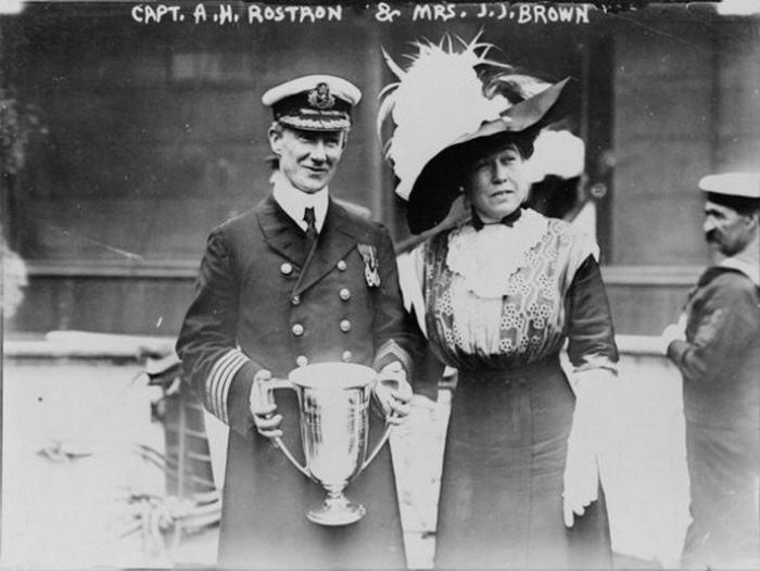 Молли вручает капитану «Карпатии» Артуру Рострону кубок любви от имени оставшихся в живых пассажиров «Титаника» | Фото: liveinternet.ru
