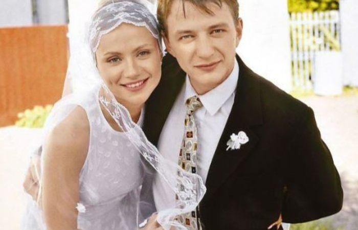 Мария Миронова и Марат Башаров в фильме *Свадьба*, 2000 | Фото: uznayvse.ru