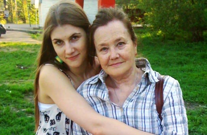 Марьяна Спивак с бабушкой, актрисой Жанной Прохоренко | Фото: kino-teatr.ru