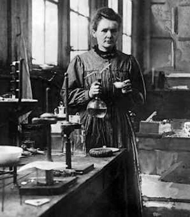 Мари Кюри в лаборатории