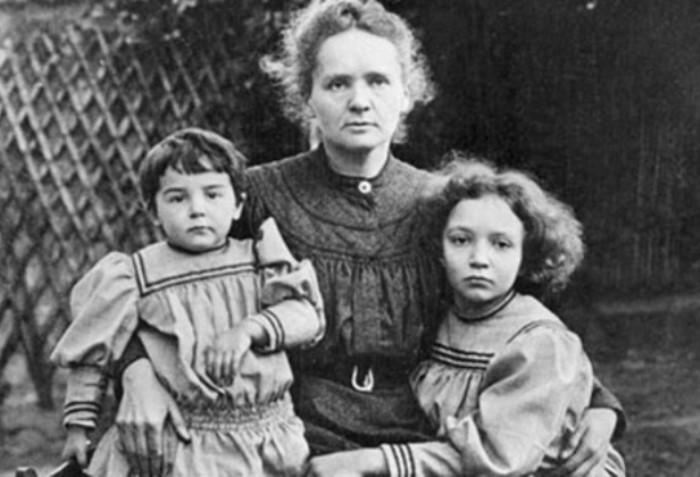 Мари Кюри с детьми