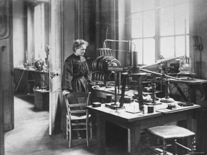 Мари Кюри за работой