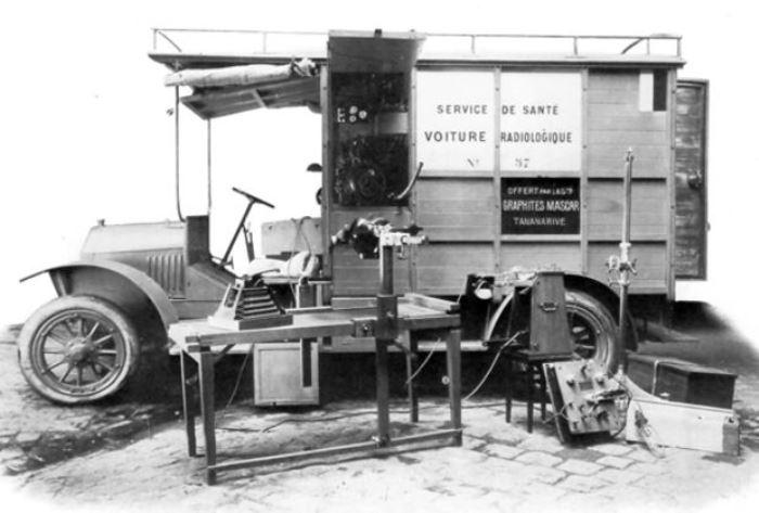 Один из первых передвижных рентген-аппаратов, созданных Мари Кюри во время Первой мировой войны для полевых госпиталей