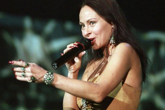 Певица на сцене | Фото: news.rambler.ru