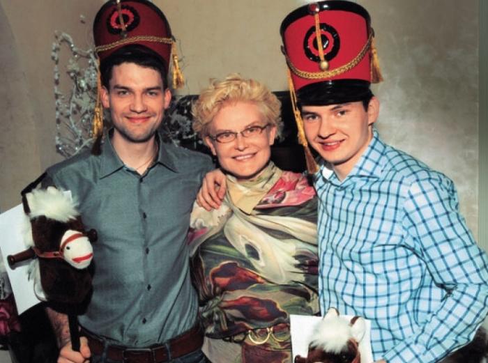 Телеведущая Елена Малышева с сыновьями | Фото: anews.com