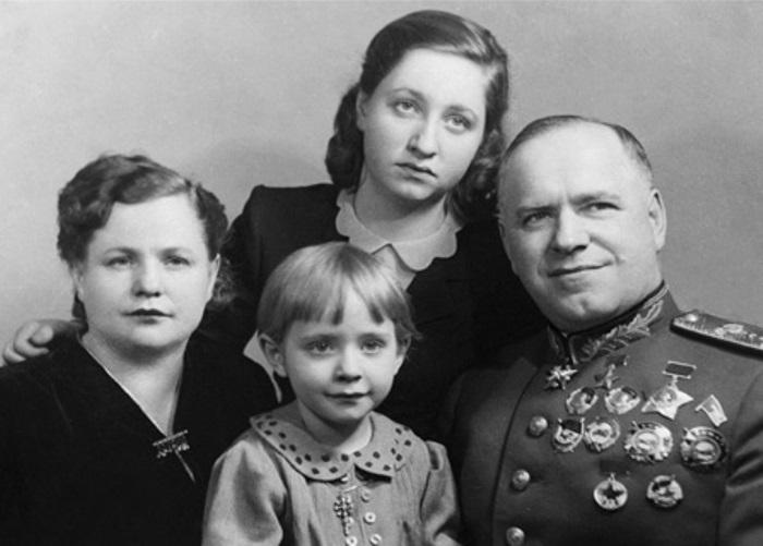 Г. Жуков с женой Александрой Зуйковой и дочерьми Эрой и Эллой, 1940-е гг. | Фото: liveinternet.ru