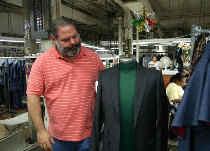 Сын Мартина Гринфилда Тод лично контролирует качество готовых изделий | Фото: fashionjunkie.ru