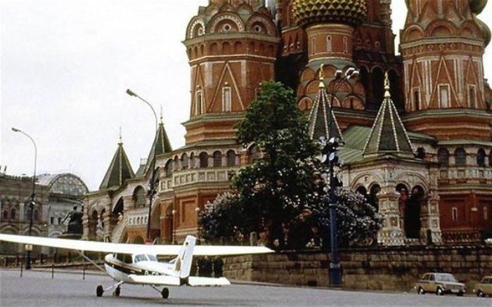 Самолет Матиаса Руста на Красной площади | Фото: bbc.com