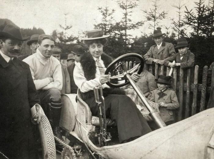 Мерседес в *Мерседесе*: единственное фото, на котором Адриана позирует за рулем авто, названного в ее честь, ок. 1910 г. | Фото: mercedes-benz.com.vn