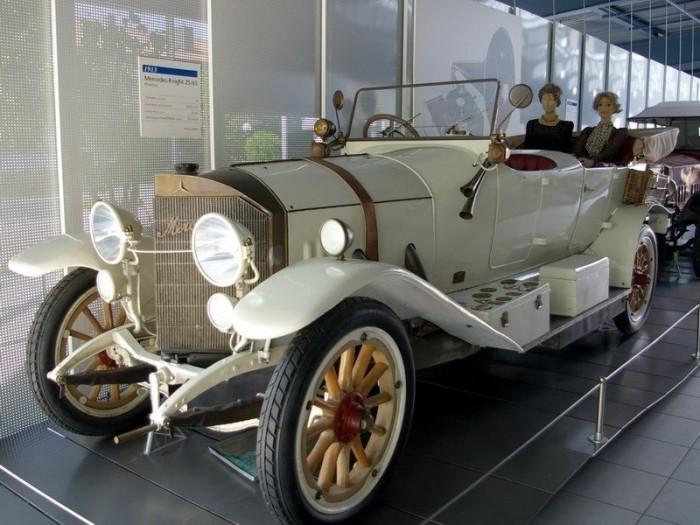 Одна из первых моделей *Мерседеса* выпуска 1913 года | Фото: online-traveller.ru