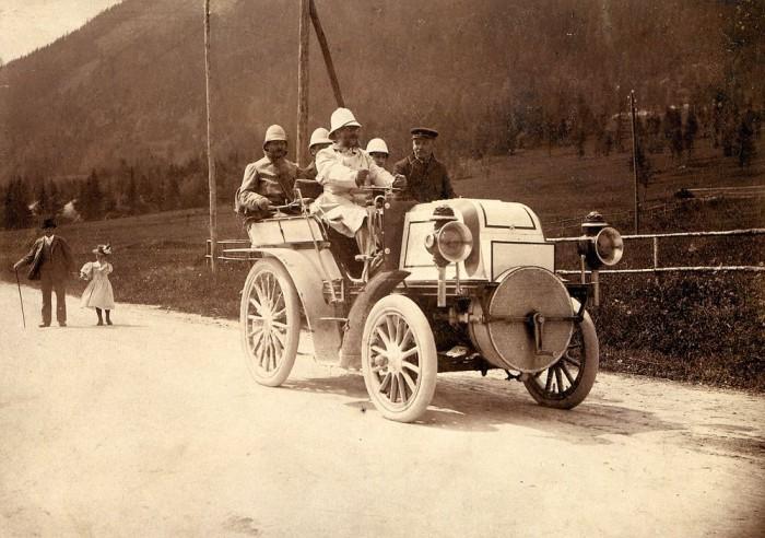 Эмиль Еллинек на гонках за рулем своего Даймлера *Феникс*, 1899 г. | Фото: mercedes-benz.com.vn