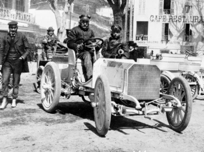 Эмиль Еллинек презентует *Мерседес* 35 HP на гонках в Ницце, 1901 | Фото: mercedes-benz.com.vn
