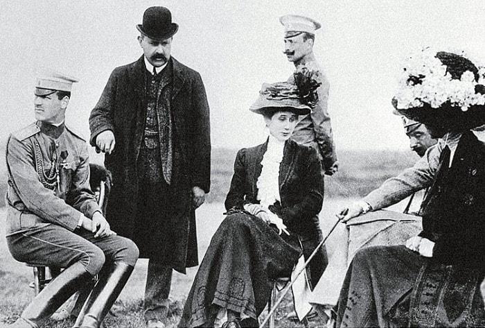 Великий князь Михаил Александрович (слева) и Наталья Сергеевна Брасова (в центре). Гатчина, 1916 | Фото: liveinternet.ru