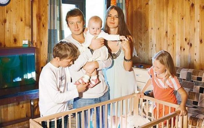Актер со второй женой и детьми   Фото: 2aktera.ru