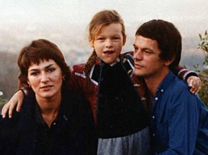 Милла Йовович с родителями   Фото: colors.life
