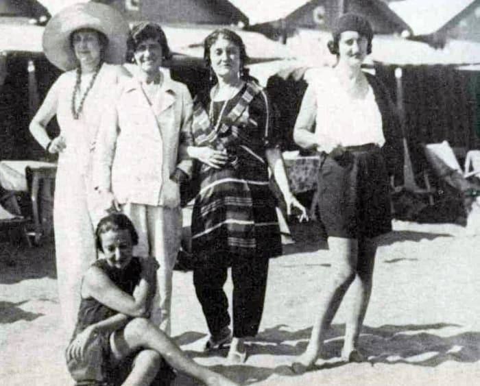 Мизиа (в центре) с Коко Шанель в 1923 г. в Венеции | Фото: izbrannoe.com