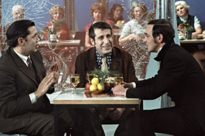 Роберт Рождественский (слева), Арно Бабаджанян (в центре) и Муслим Магомаев (справа) на съемках телепередачи | Фото: aif.ru