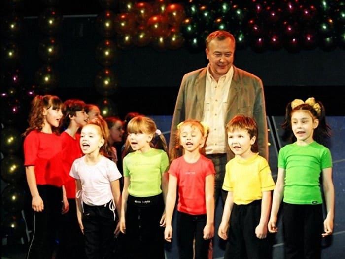 Сергей Проханов с участниками детской актерской студии при Театре Луны | Фото: dubikvit.livejournal.com