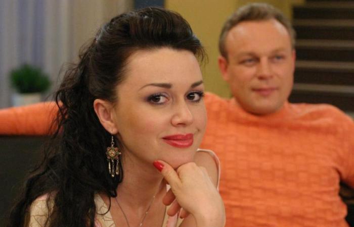 Анастасия Заворотнюк в роли няни Вики | Фото: kino-teatr.ru