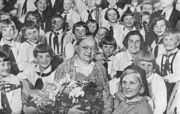 Крупская среди пионеров, 1936 | Фото: sovtime.ru