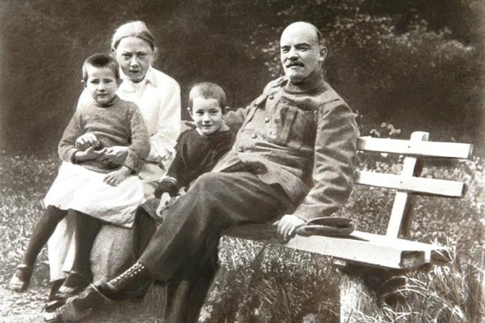 Ленин и Крупская с племянником Ленина Виктором и дочерью рабочего Верой в Горках, 1922 | Фото: aif.ru