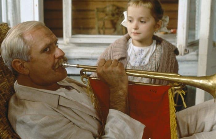 Никита Михалков с дочерью в фильме *Утомленные солнцем*, 1994 | Фото: teleprogramma.pro