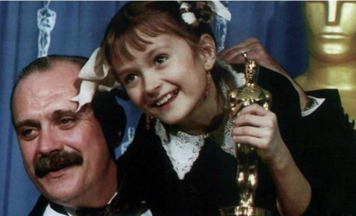 Надя Михалкова с отцом на вручении кинопремии *Оскар* | Фото: stories-of-success.ru