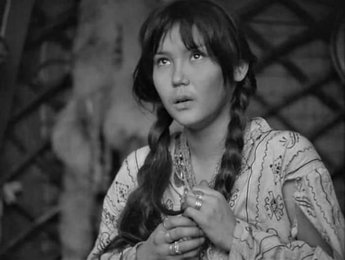 Наталья Аринбасарова в фильме *Первый учитель*, 1965 | Фото: kino-teatr.ru