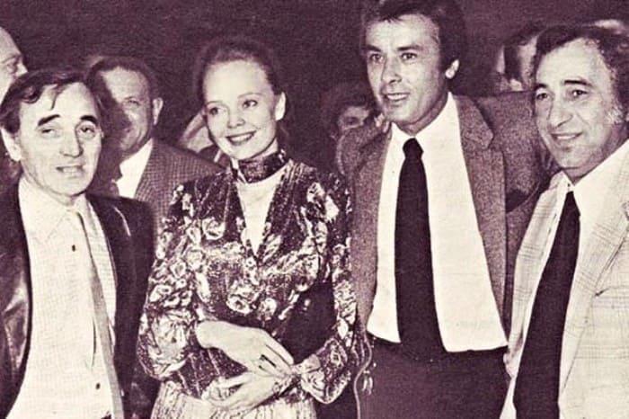 Шарль Азнавур, Наталья Белохвостикова, Ален Делон и Жорж Гарваренц на премьере фильма *Тегеран-43* в Париже, 1981 | Фото: kino-teatr.ru