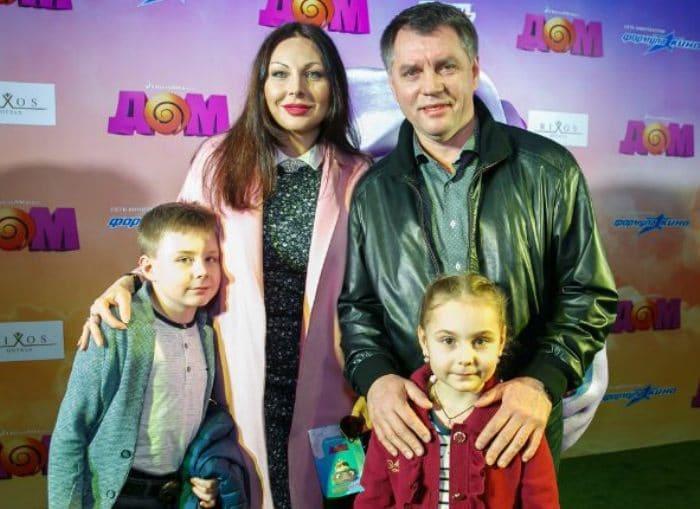 Актриса с бывшим мужем и детьми   Фото: uznayvse.ru