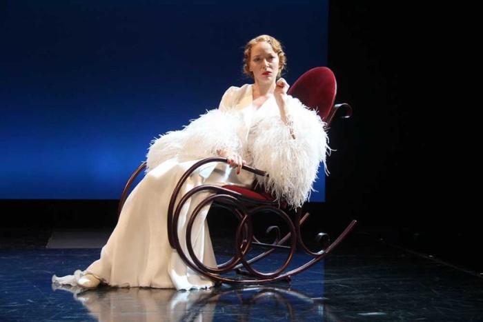 Актриса на сцене театра | Фото: ytro.ru