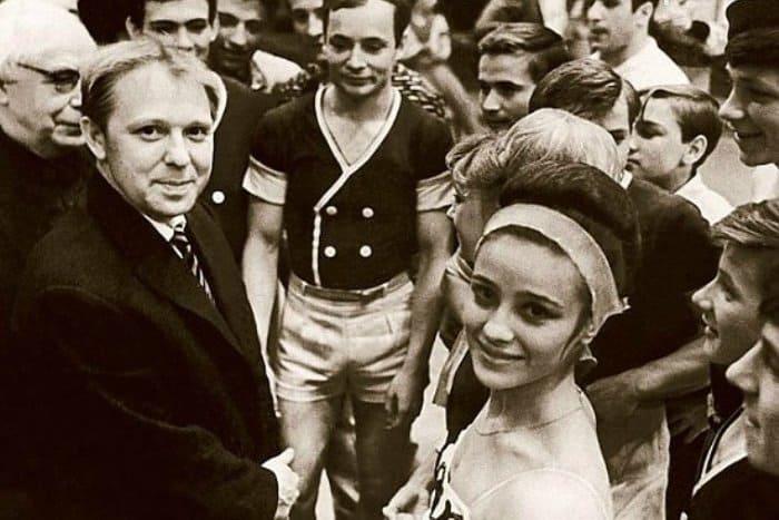 Олег Попов (слева) и Наталья Варлей с другими выпускниками циркового училища | Фото: 1mim.livejournal.com