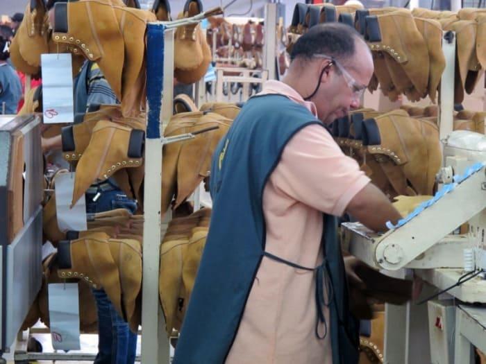 Сегодня знаменитые желтые ботинки производят более чем на 260 фабриках | Фото: solcity.info