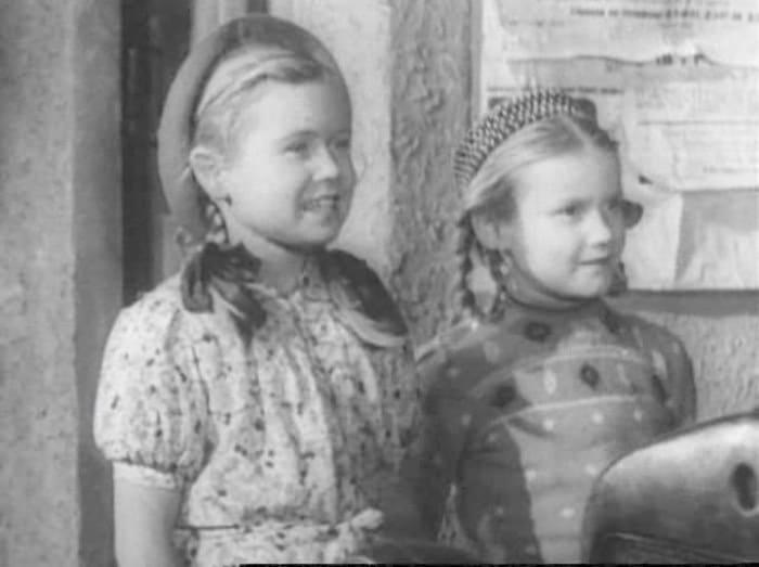 Светлана Немоляева (слева) в фильме *Счастливый рейс*, 1949 | Фото: kino-teatr.ru